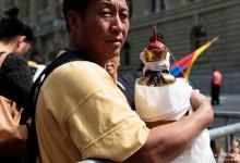 Dans la cohue de la Place Fédérale,  Tenzin Gyatso.